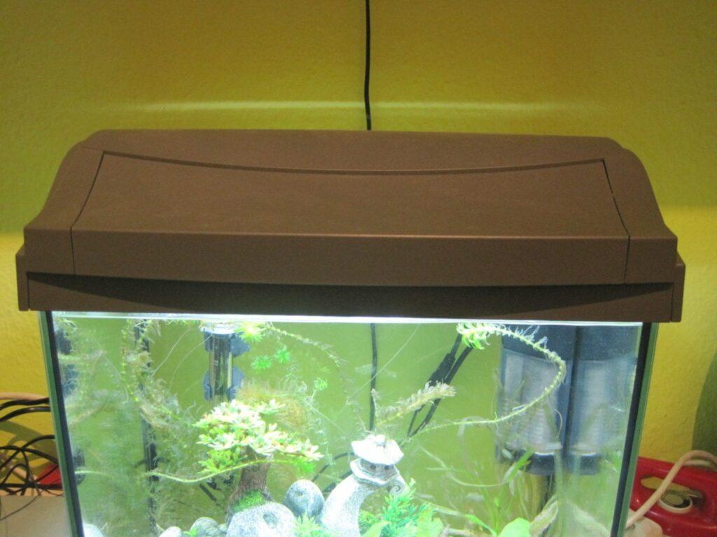 Der Deckel des Tetra AquaArt 30 macht einen robusten und zuverlässigen Eindruck.