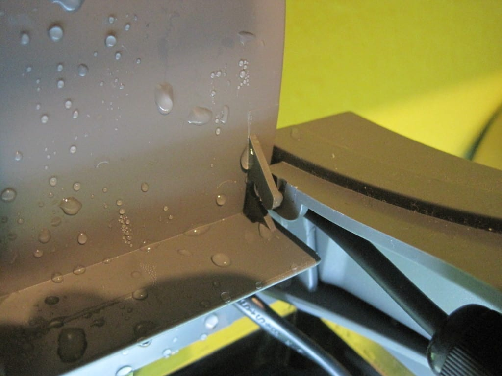 Ein abgebrochenes Scharnier an der hinteren Klappe des Tetra AquaArt 30.