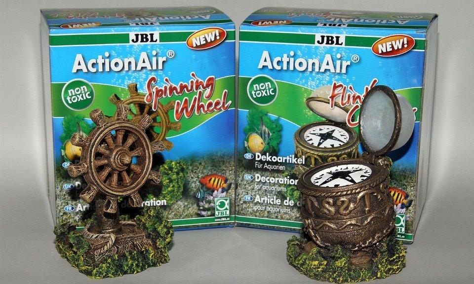Die Neuheiten JBL ActionAir Spinning Wheel und Flints Compass. Das Steuerrad dreht sich, der Kompass öffnet seinen Deckel.
