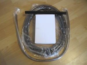 Der Lieferumfang des JBL Aqua In-Out. Die Kernelemente befinden sich in einem separaten Karton. Die Schläuche sind in Folie verpackt.
