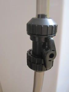 Der letzte Meter vor der Mulmglocke des JBL Aqua In-Out kann mit einem Absperrhahn vom Rest des Systems getrennt werden.