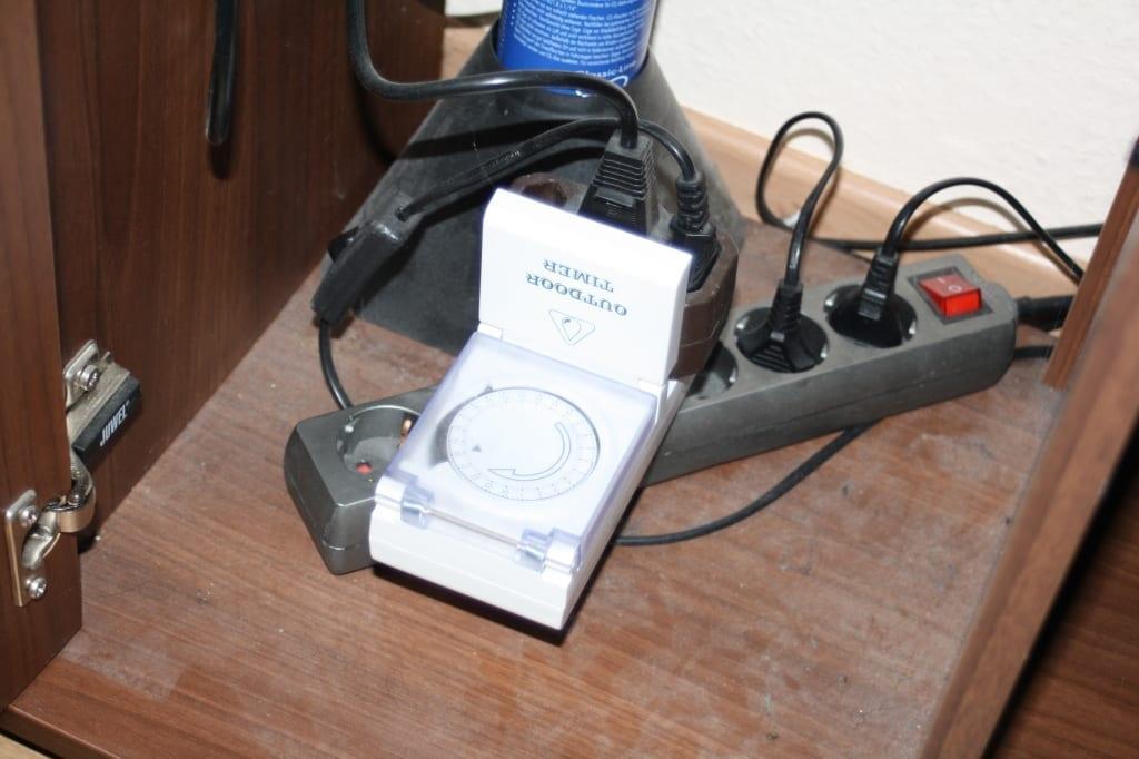 Durch eine kleine Mehrfachdose kann die Zeitschaltuhr für Licht und Nachtabschaltung gleichzeitig arbeiten.