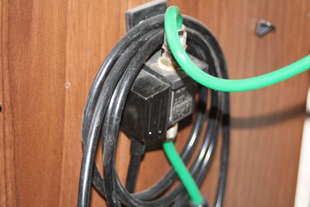 Ein einfaches Magnetventil für CO2-Anlagen. Die lange Zuleitung wurde einfach aufgewickelt und darüber gehangen.