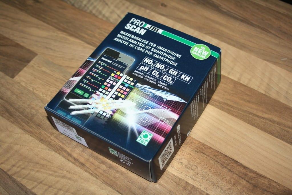 Die Verkaufsverpackung des JBL ProScan Sets mit Teststreifen, Colorcard und Anleitung.