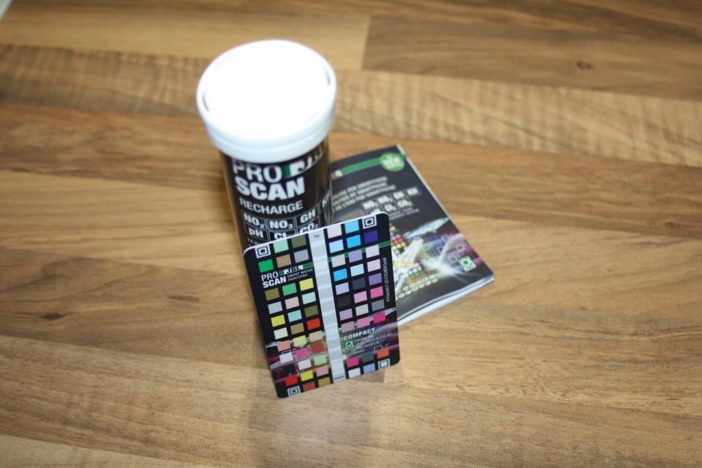 Der Verpackungsinhalt des JBL ProScan besteht aus Teststreifen, Color Card und Anleitung.