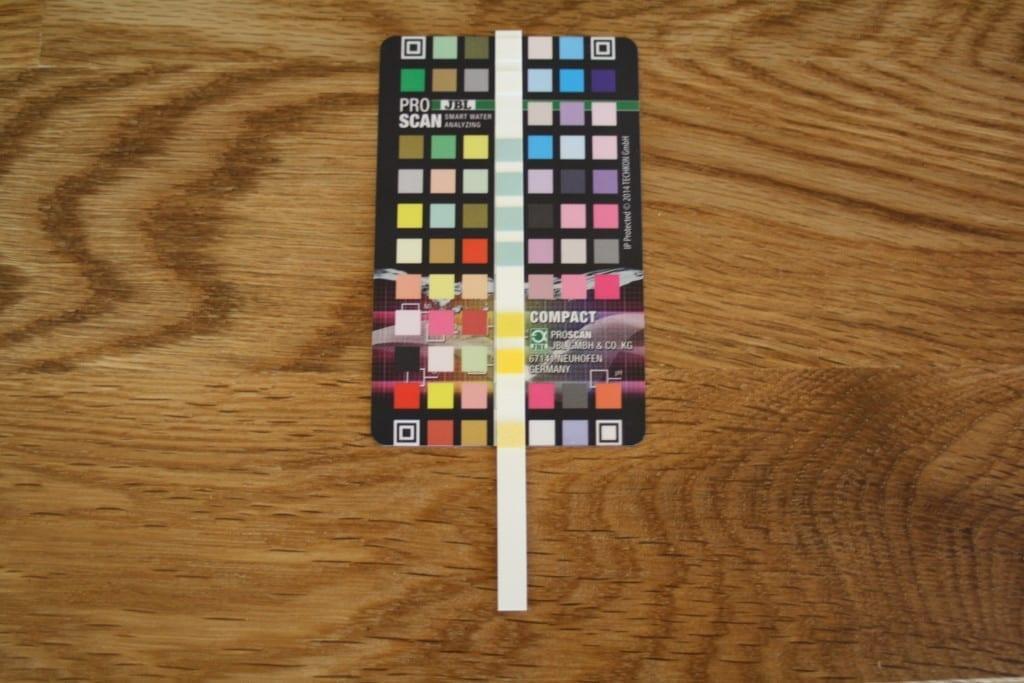 Der Teststreifen des JBL ProScan wird mittig auf der Color Card positioniert.
