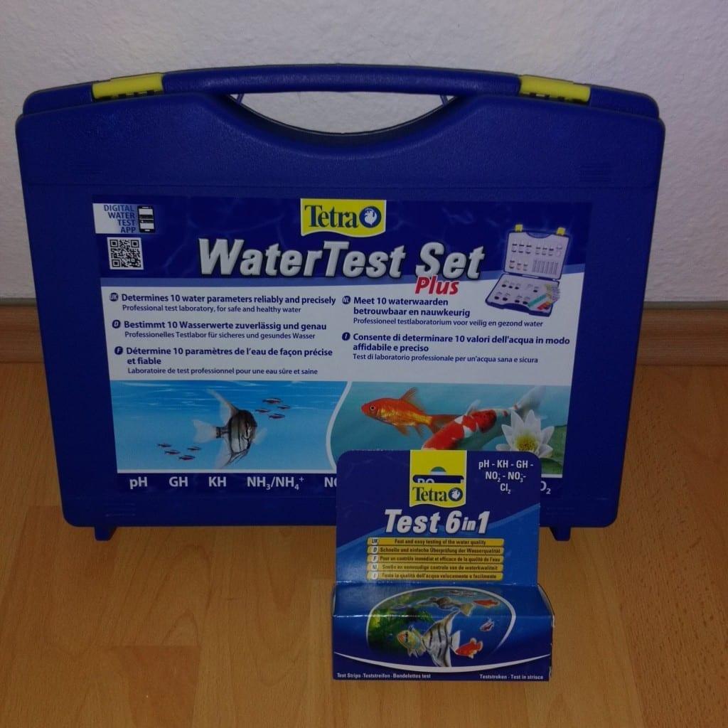 Das Tetra WaterTest Set plus und der Tetra 6 in 1 Teststreifen im aktuellen Design.