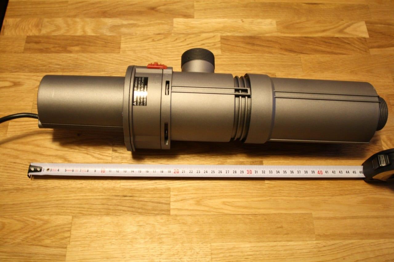 Durch die Aneinanderreihung von Vorschaltgerät, Lampenfassung und Brennergehäuse kommt der JBL ProCristal UV-C 11 W auf eine stolze Länge von fast einem halben Meter.
