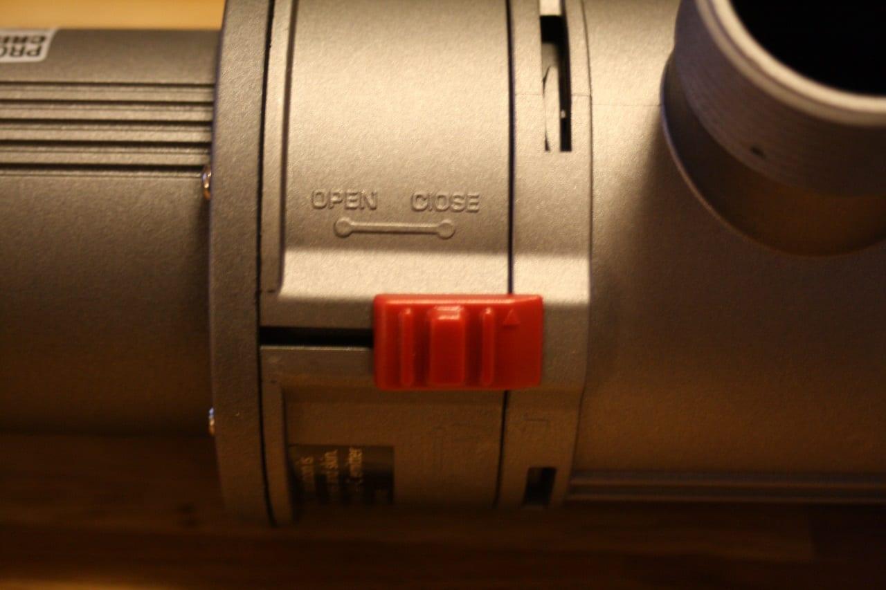 """Ein kleiner Schieber dient als Sicherung um das Gehäuse zu verschließen. Nur wenn er auf """"Open"""" geschoben wird kann das Gehäuse aufgedreht werden."""