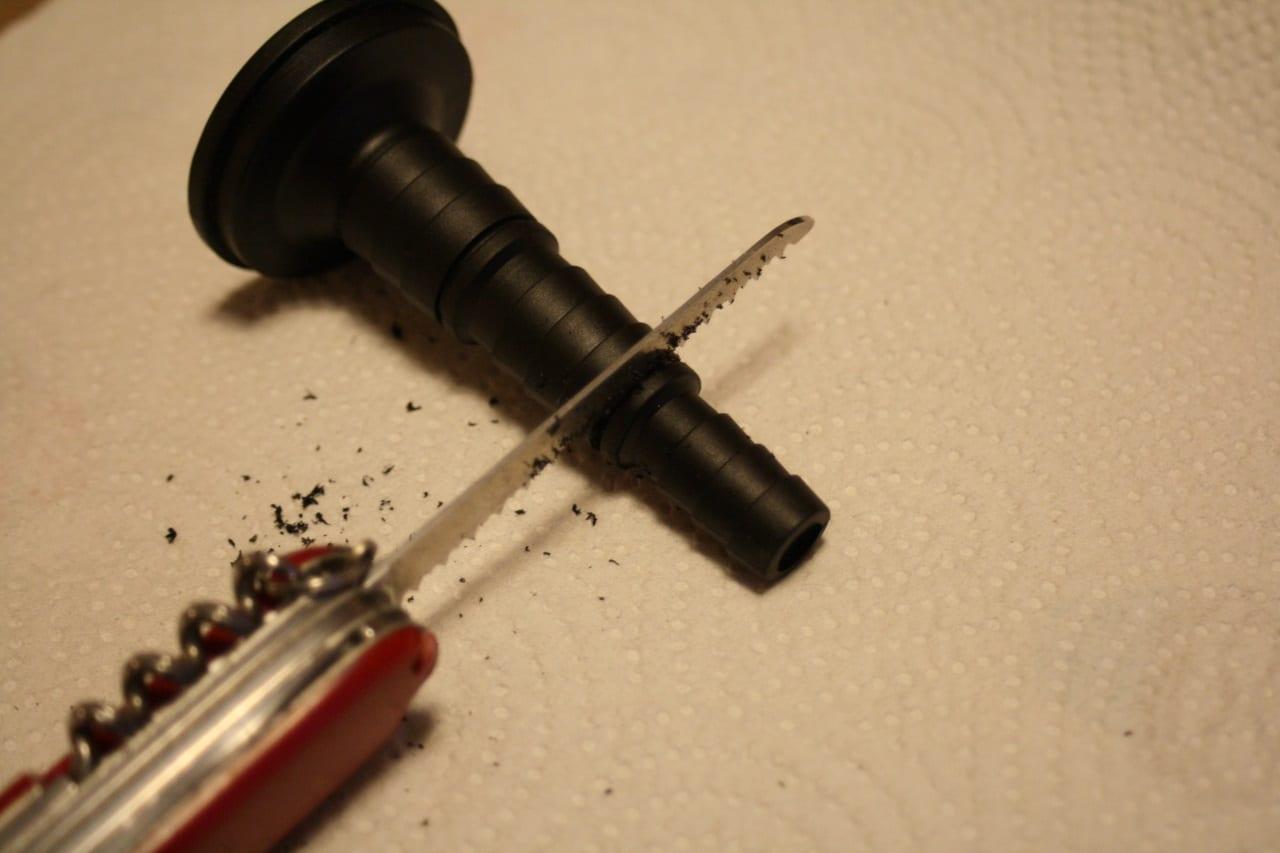 Die Schlauchanschlusstülle des JBL ProCristal UV-C 11 W kann an unterschiedliche Schlauchdurchmesser angepasst werden indem der zu kleine Teil abgeschnitten wird.