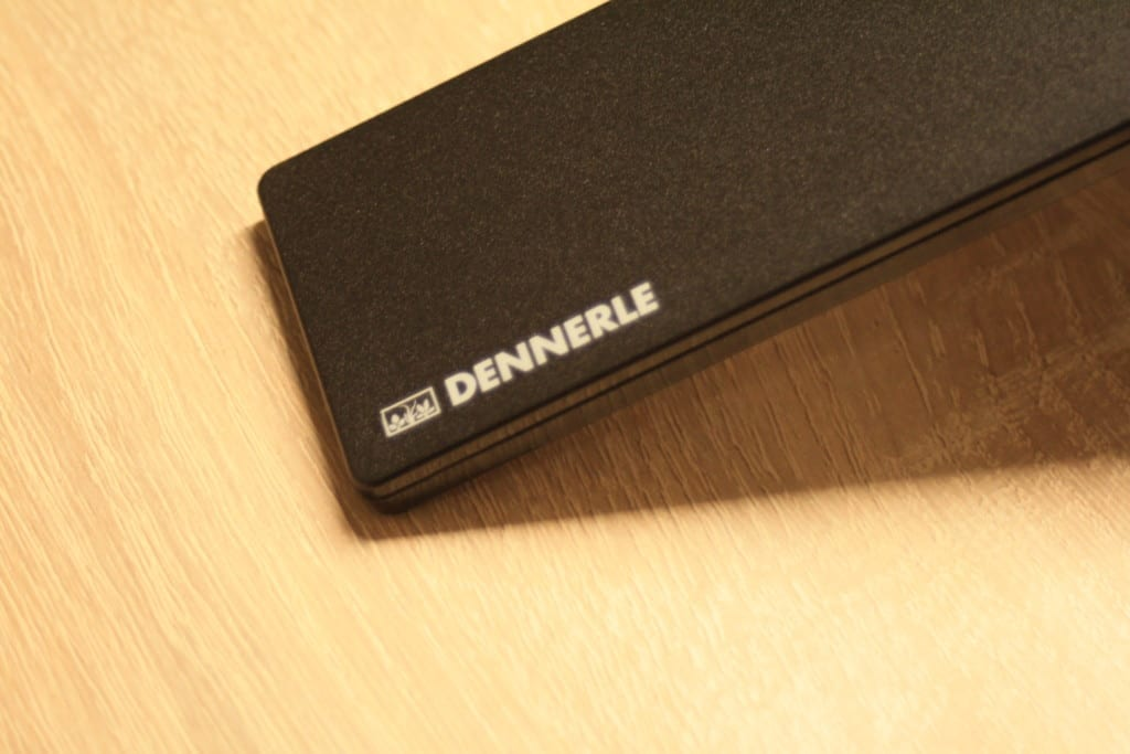 """Der """"Dennerle""""-Schriftzug ist einer der wenigen Akzente die das geradlinige Design der Dennerle Nano Style LED M unterstreichen."""