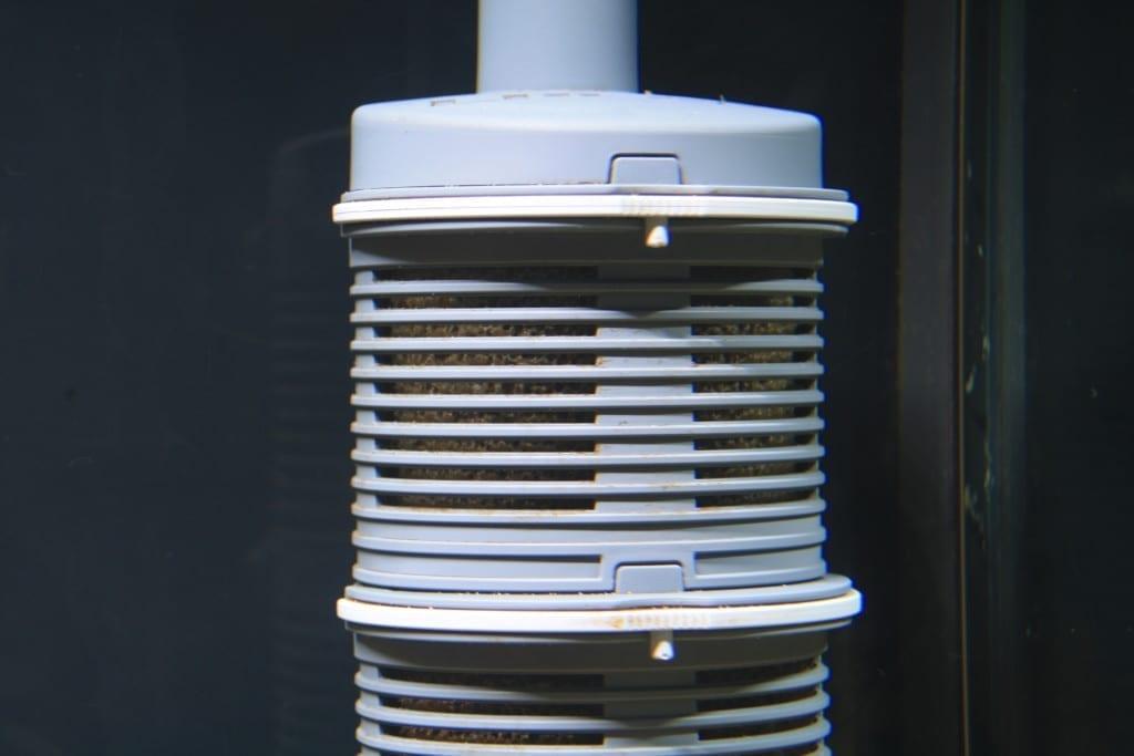 Die Filterkörbe des EHEIM Vorfilters sind durch ein Klicksystem aneinander befestigt. Durch Druck auf die Vorderseite des Haltebügels werden sie getrennt.