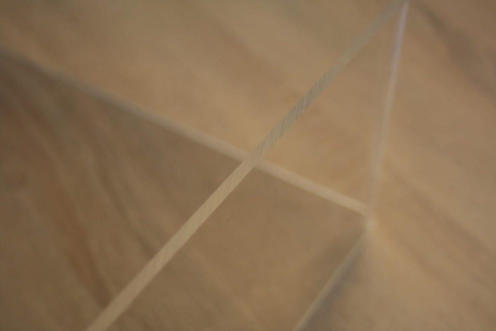 Die Sägekante der Acrylglasplatte zeigt eine interessante, matte Optik mit scharfen Kanten. Sie zu polieren ist Geschmacksache.