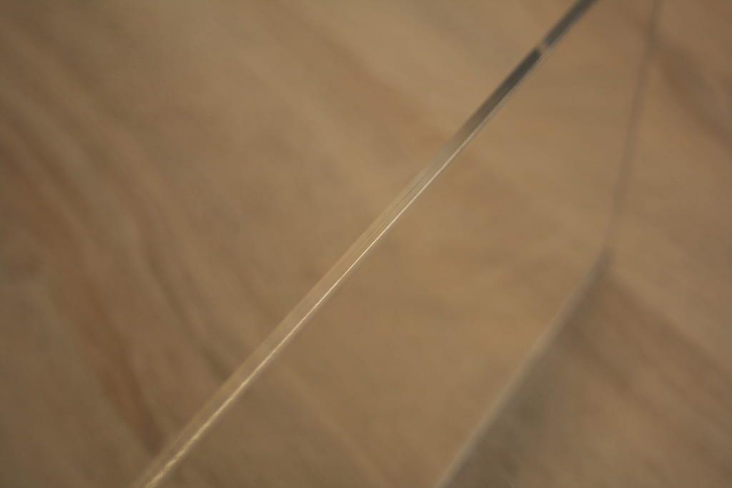 Die Kante der Acrylglasplatte des Lampenhalters nach dem Flammpolieren.
