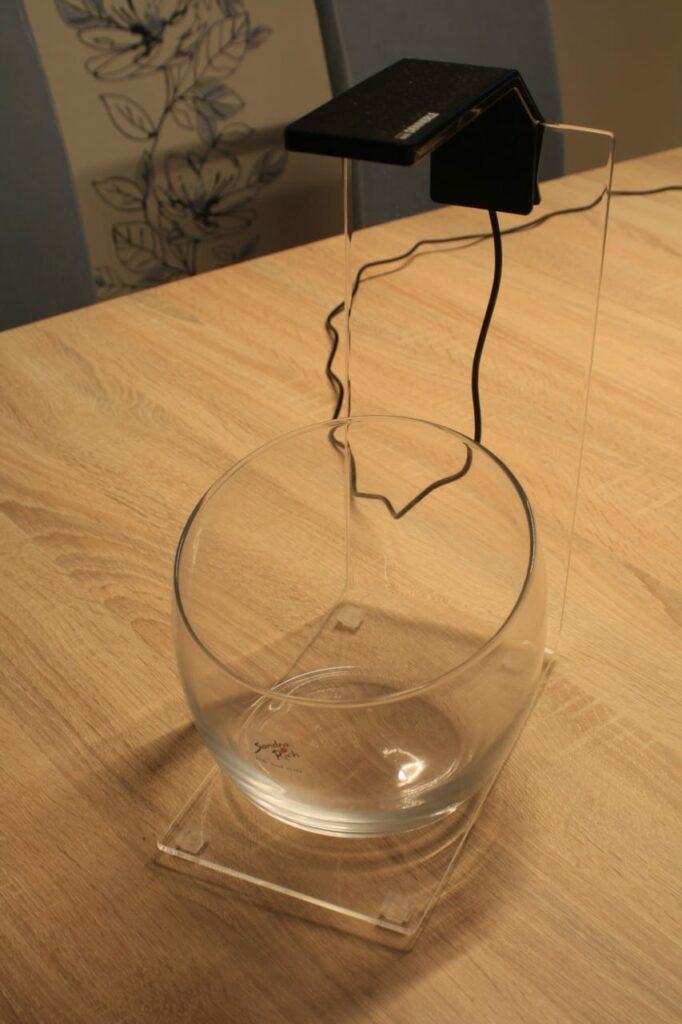 Ein fertiger Lampenhalter mit einer Dennerle NanoStyle LED M und einer Glasschale für Wabi-Kusa.