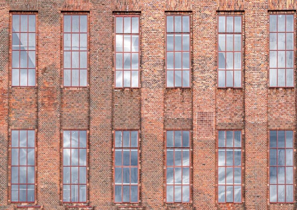Fassade mit spiegelnden Fenstern